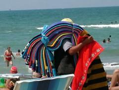 Compra da un abusivo in spiaggia Una turista multata per mille euro